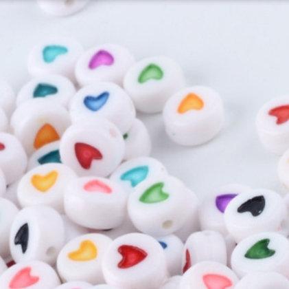 מאתיים חרוזים לבנים עם לבבות צבעוניים