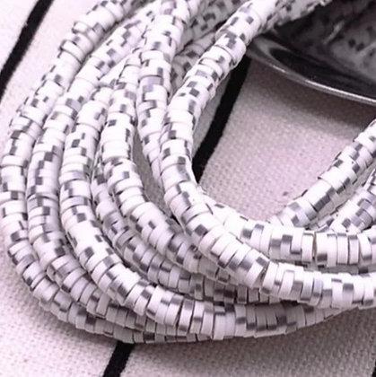 """חרוזי סיליקון לבן עם נקודות אפורות ושחורות 4 מ""""מ"""
