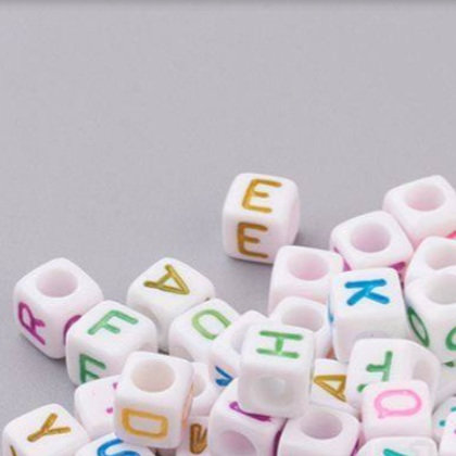 מאתים וחמישים חרוזי אותיות מרובעים עם כיתוב צבעוני
