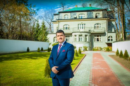 ambasador před ambasádou