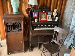 Emmas pump organ
