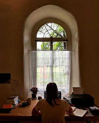 Geneviève Moreau en pleine création à la chapelle des Cuthbert