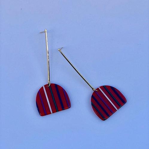 Çizgi desenli kırmızı sallantılı küpe