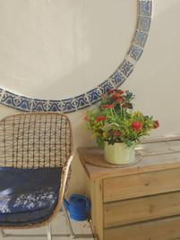 אריחים מרוקאים ממשטח של שולחן הודבקו על הקיר לעיגול מושלם