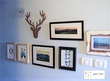קיר תמונות במסדרון