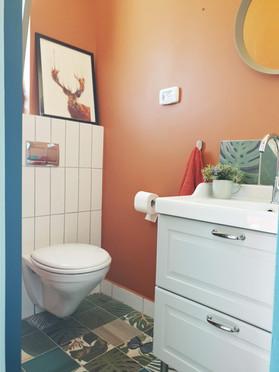 חדר הרחצה צבעוני ושמח עם ריצוף ג'ונגל מטריף