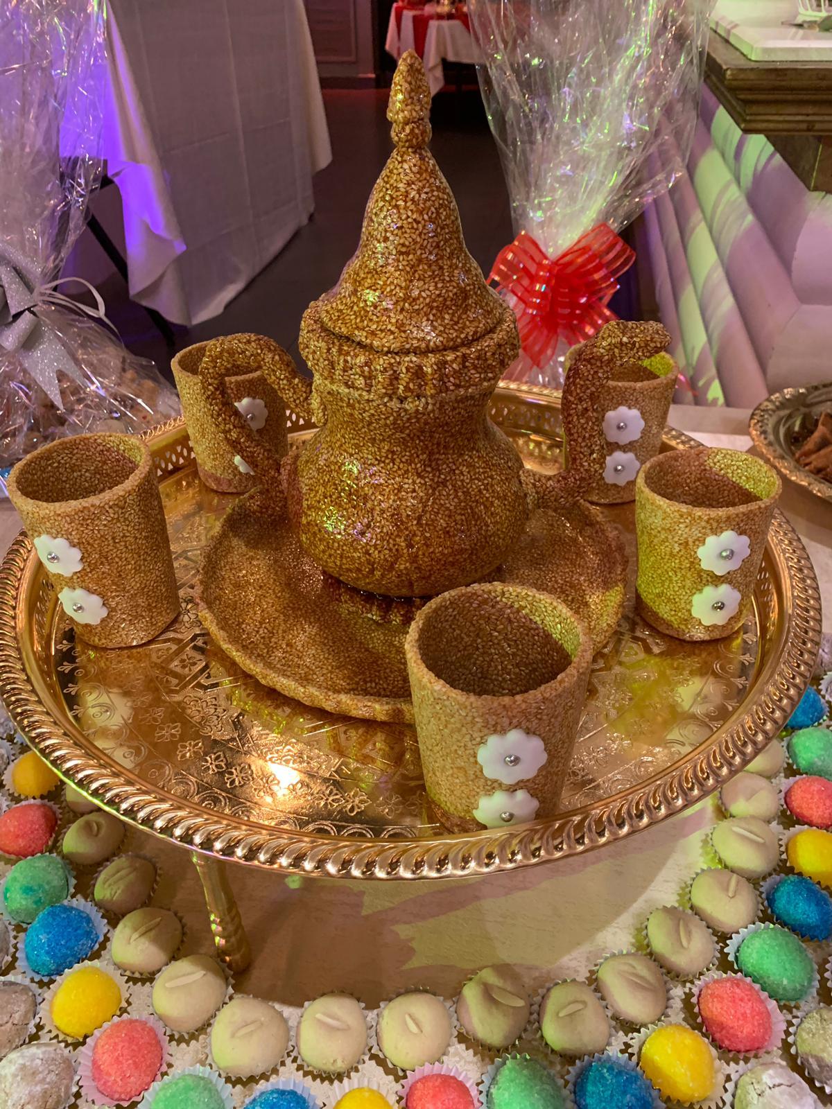 פיסול קנקן וכוסות תה בשומשום