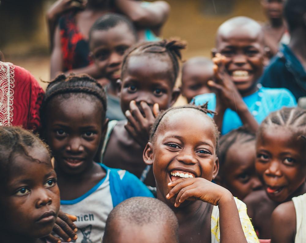 várias crianças africanas reunidas felizes