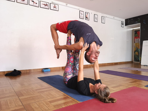 Acro yoga arc inversé