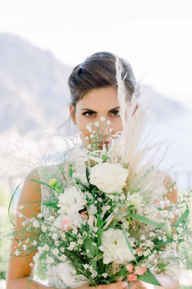 F and her gorgeous bouquet by MAISON PETALI.