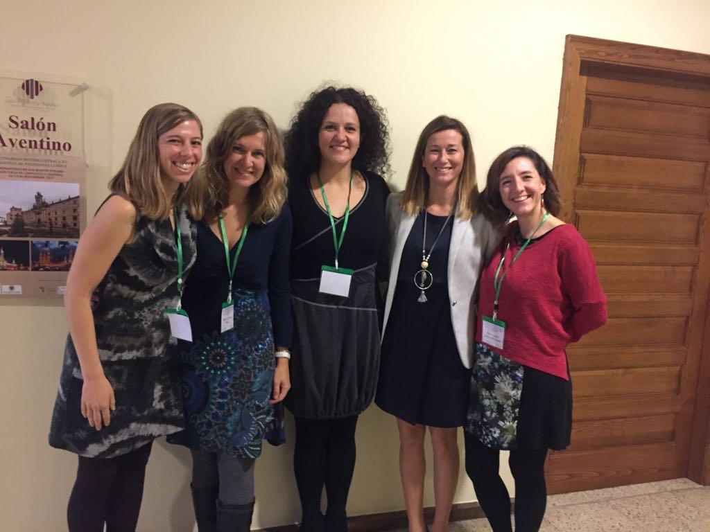 Elena Serrano con las demás ponentes