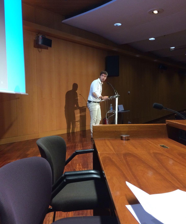Alejandro Villena presentando