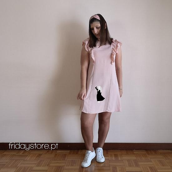 Vestido curto com folhos na manga