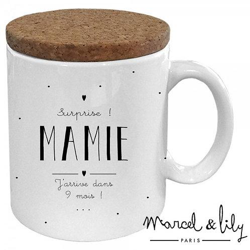 """Mug avec son couvercle en liège """"Surprise Mamie"""" ☆ MARCEL & LILY"""