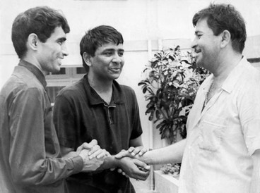 Nitin-Mangesh meet Raj Kapoor for the first time at RK Studios, after being invited there to take part in celebrations for the festival of Holi.