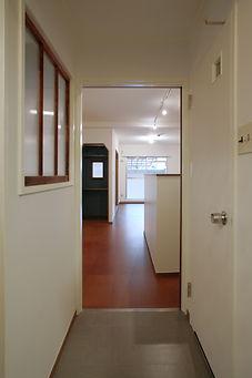 玄関からLDK、バルコニーの見通しが良く、風通しも良い。