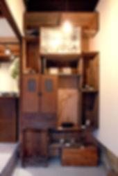 古家具や茶箱でできた壁面収納