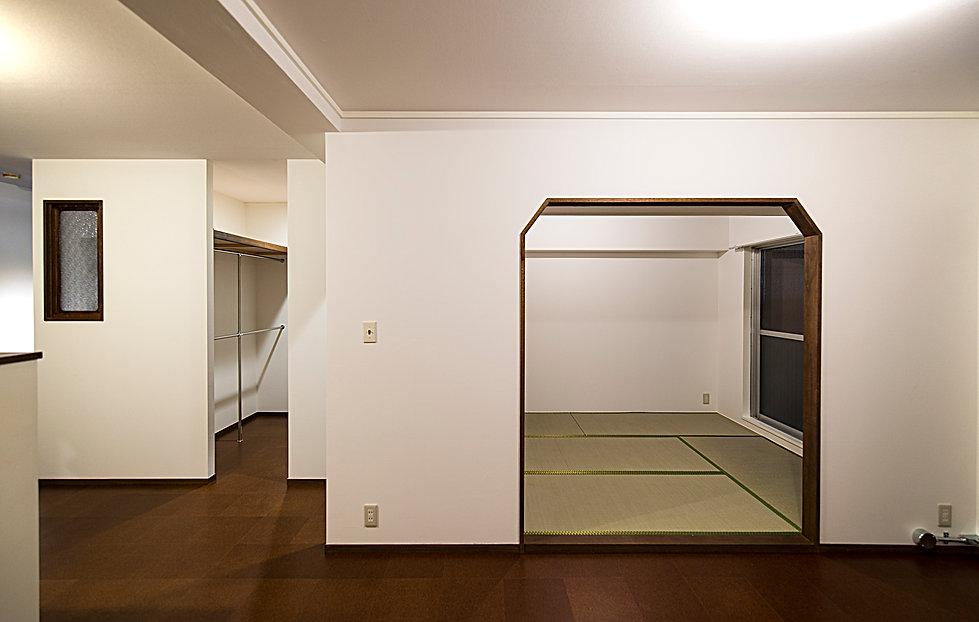 コルクタイルのリビングダイニングと畳の寝室