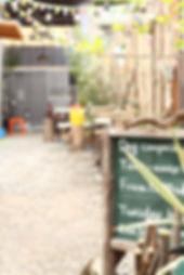 店主手づくりの看板や木塀