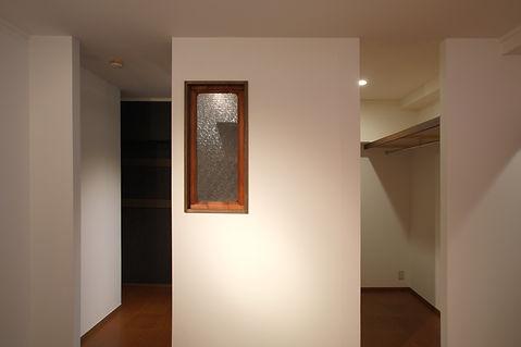 ワークスペースにはアクセントに古道具屋さんでみつけた小窓。