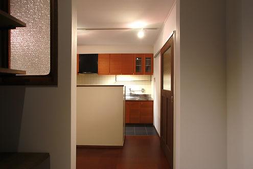 既存のものを丁寧に掃除し、レンジフードとコンロ廻りのみ新しく更新したキッチン
