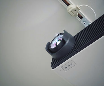 projektor-pripevneny-na-stropni-montaz.j