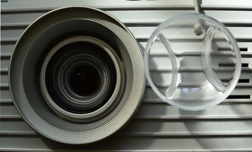 jak-muze-prach-poskodit-projektor.jpg