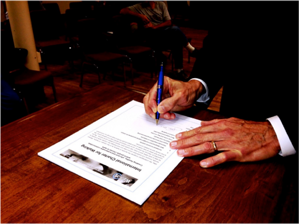 Mayor signs the Interational Charter for Walking