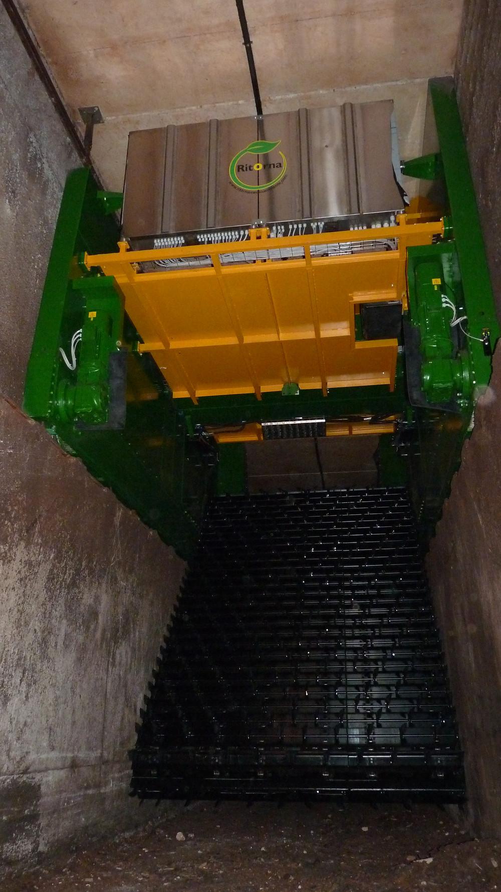 Volteadora Talpa en interior túnel de compostaje