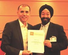 在日米国商工会議所(ACCJ)のイベントで、キラン・セティが小売業委員会共同委員長として日本コカ・コーラ株式会社エグゼクティブバイスプレジデント カリル・ヨウンス氏に感謝状を贈呈。