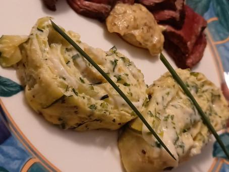 Omelette roulée à la courgette et fromage de chèvre.