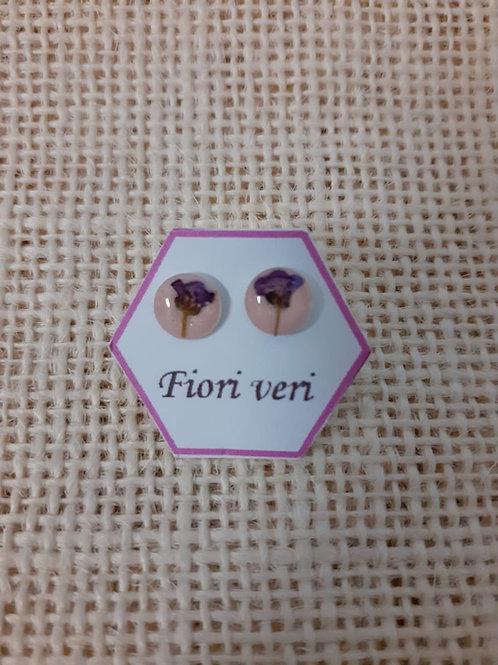 orecchini fondo rosa chiaro. nichel free, fiore:alisso viola