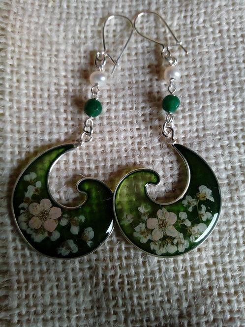 orecchini fondo verde,monachella arg.925,fiori:biancospino, alisso bianco-pietre