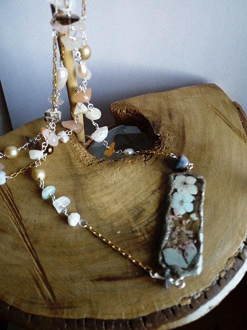collana lunga con pietre e fiori