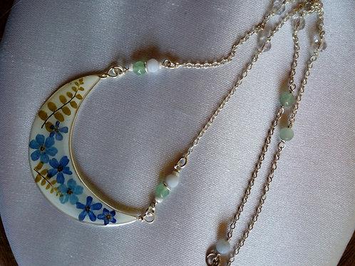 collana  mezzaluna con catenina,fondo madreperla bianco, fiori :non ti scordar