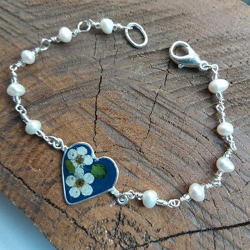 Bracciale cuore fiori veri e perle di fiume, fondo blu