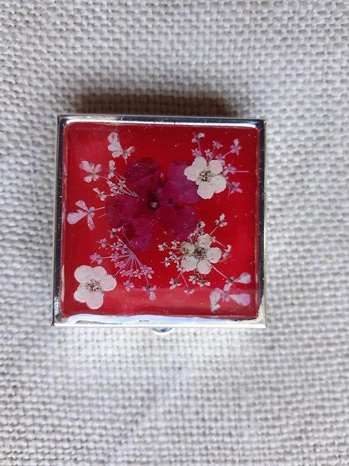 scatolina fondo rosso,fiori: verbena rossa, biancospino