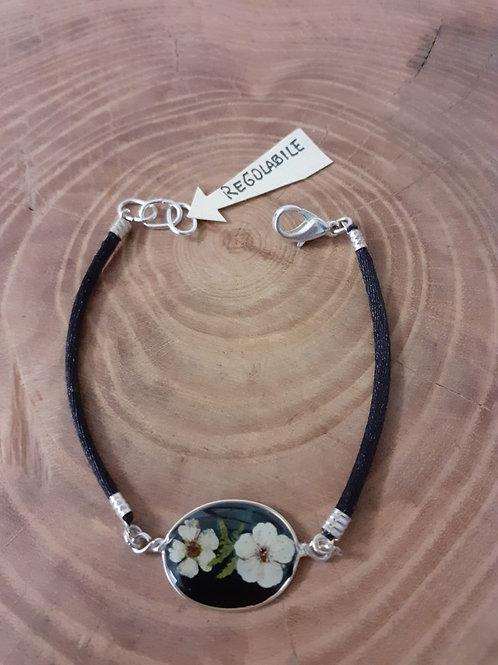 bracciale ovale, fondo nero, cordino nero, fiori:biancospino