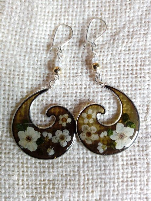 Orecchini fondo verde oliva, monachella arg 925, fiori: biancospino