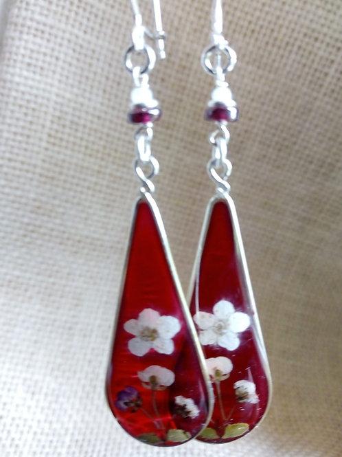 Orecchini fondo rosso traspar, monachella arg.925, fiori: lobularia, biancospino