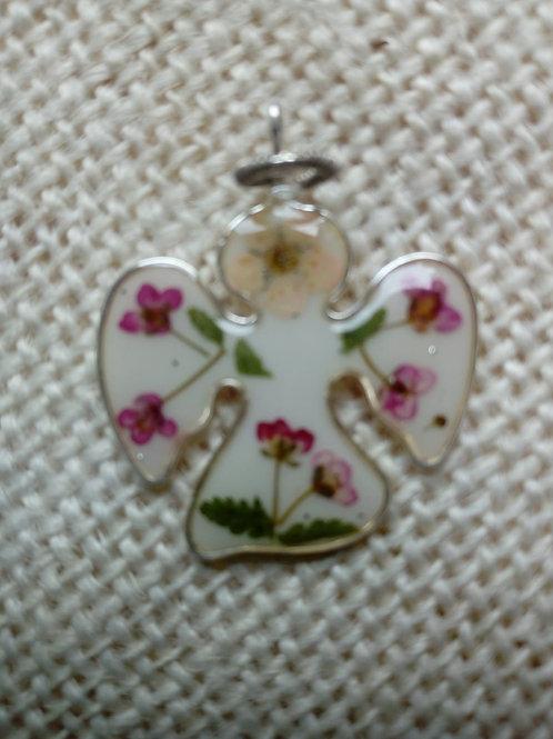 ciondolo angioletto,fondo bianco,fiori:alisso,felce,