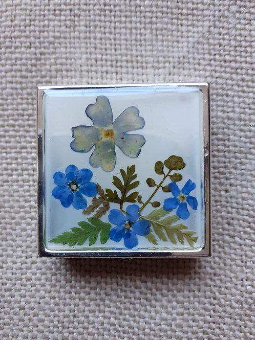 scatolina fondo bianco,fiori:non ti scordar di me, verbena, felce