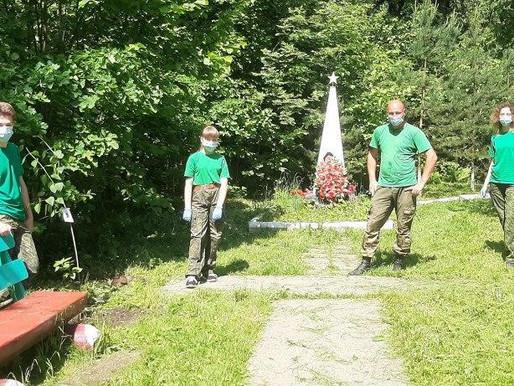 Воспитанники школьных лесничеств региона высадили кусты сирени на могиле погибших в ВОВ