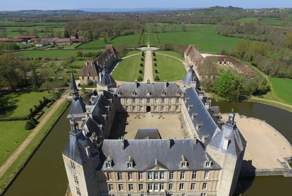 vue aérienne Chateau de Sully en bourgogne