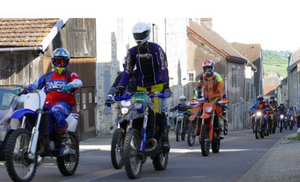 Bligny-sur-Ouche : les motos s'offrent une entrée en majesté au château de Sully