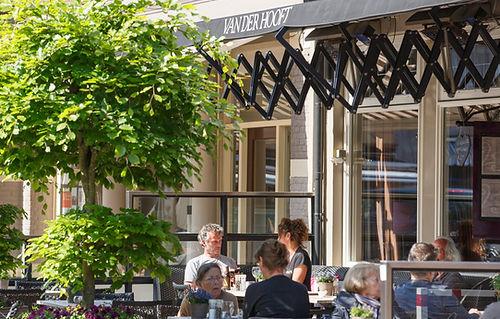 Lunchen, dineren, borrelen, koffie, taart op het terras bij van der Hooft