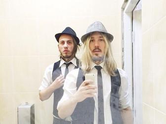 барабанщики Moscow HooK перед зеркалом