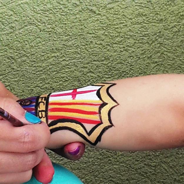 ציור פנים בתהליך- סמל של ברצלונה