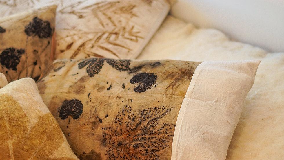 almofada de algodão ecoprint com barra lateral - forro lã ovina agroecológica