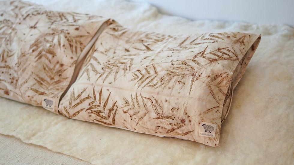 almofada de algodão com ecoprint - forro 100% lã ovina agroecológica